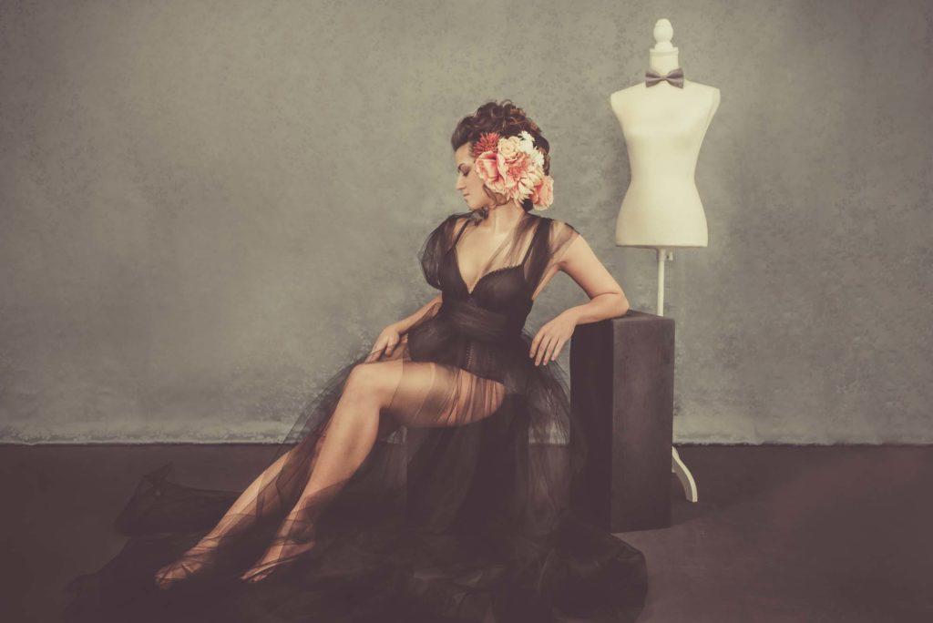 Boudoir und Portrait Fotografie mit Blumen in den Haaren und schwarzem Tüll