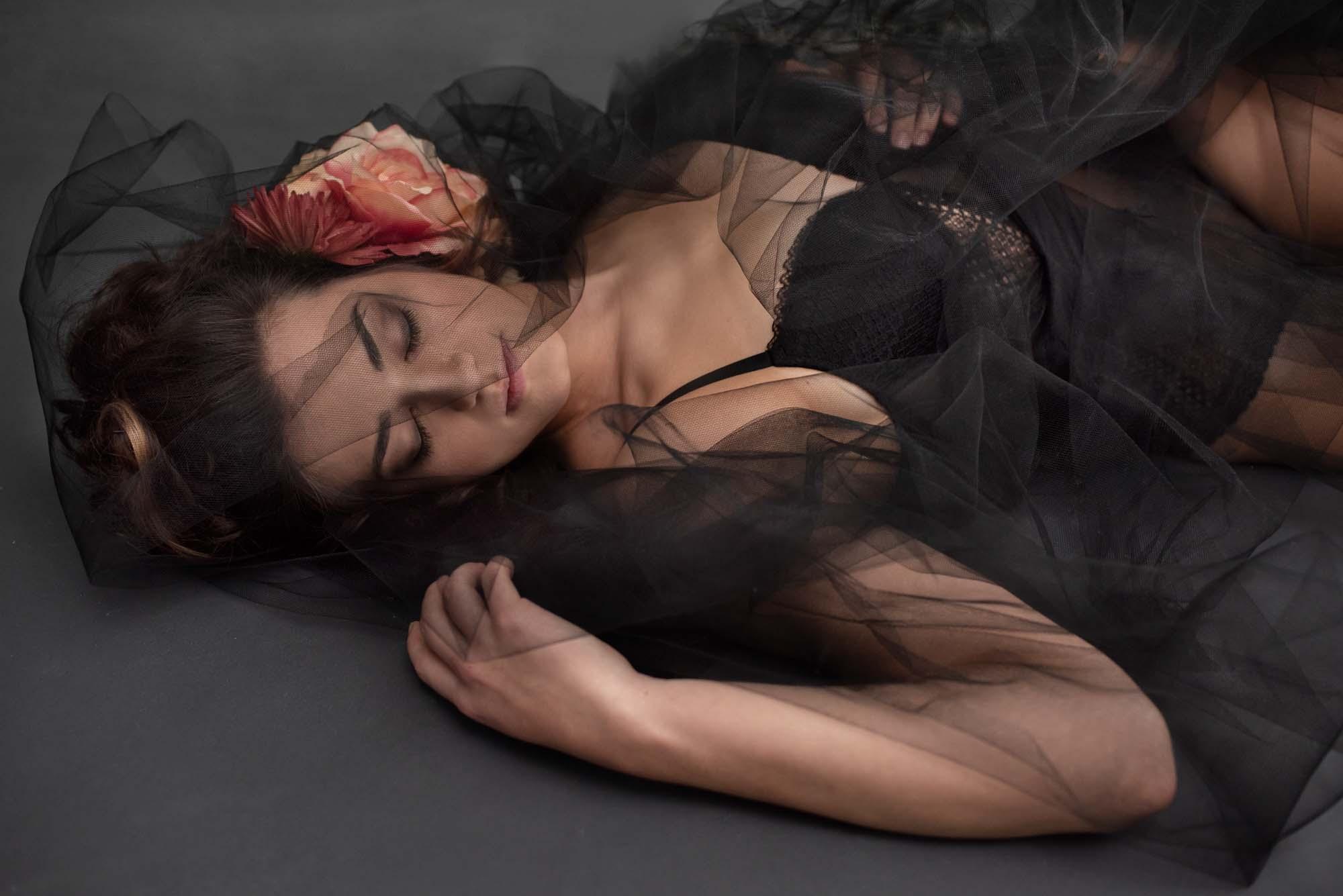 Boudoir und Portrait Fotografie schwarzes Tüll und Blumen